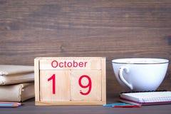 10月19日 特写镜头木日历 时间计划和企业背景 免版税库存照片