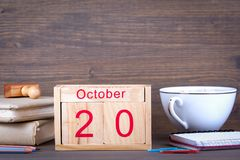 10月20日 特写镜头木日历 时间计划和企业背景 免版税库存图片