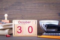 10月30日 特写镜头木日历 时间计划和企业背景 库存照片