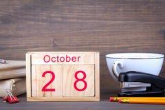 10月28日 特写镜头木日历 时间计划和企业背景 免版税库存图片