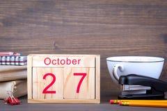 10月27日 特写镜头木日历 时间计划和企业背景 免版税库存图片