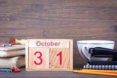 10月31日 特写镜头木日历 时间计划和企业背景 免版税库存照片