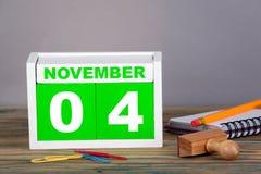 11月4日 特写镜头木日历 时间计划和企业背景 免版税库存照片