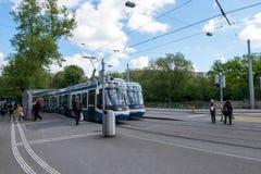 2017年5月5日-瑞士苏黎士:电车第13中止和等待 库存照片