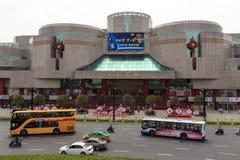 2017年5月07日 瓷县 汽车和公共汽车在一个购物中心前面在羡中国 图库摄影
