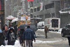 2017年2月9日-纽约, NY :冬天风暴Niko击中纽约 走在时代广场的游人用雪盖了 图库摄影