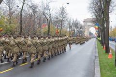 12月1日-罗马尼亚的国庆节的军事游行 免版税库存照片