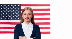 7月4日 美国旗子背景的微笑的少妇 免版税图库摄影