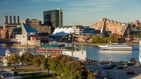2016年10月28日-船和地平线,巴尔的摩,马里兰,从联邦同水准的射击巴尔的摩内在港口黄昏照明设备  免版税库存照片