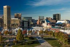2016年10月28日-船和地平线,巴尔的摩,马里兰,从联邦同水准的射击巴尔的摩内在港口黄昏照明设备  库存照片