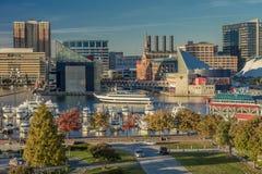 2016年10月28日-船和地平线,巴尔的摩,马里兰,从联邦同水准的射击巴尔的摩内在港口黄昏照明设备  免版税库存图片