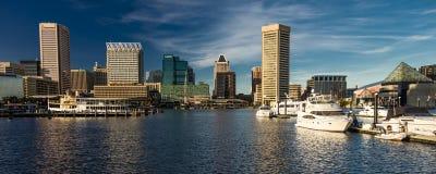 2016年10月28日-船和地平线,巴尔的摩,马里兰巴尔的摩内在港口黄昏照明设备  库存照片