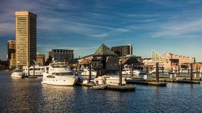2016年10月28日-船和地平线,巴尔的摩,马里兰巴尔的摩内在港口黄昏照明设备  免版税库存图片