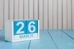 3月26日 行军26木颜色日历的图象在白色背景的 春日,文本的空的空间 紫色天 图库摄影