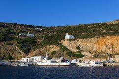 2015年7月17日-锡弗诺斯岛海岛,基克拉泽斯,希腊港口  库存图片