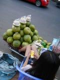 1月03日2017长的Nget街250金边柬埔寨,打在智能手机社论的年轻果子销售妇女比赛 库存照片