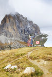 10月20日 2016年,与Val加迪纳谷商标的标志在路的,看从Passo Sella 免版税库存图片