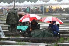 2013年7月11日- GARANA,罗马尼亚 或走坐街道的场面和人们在一个雨天 库存图片