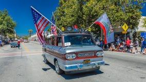 2016年7月4日- Ojai加利福尼亚的公民庆祝美国独立日-与旗子的20世纪60年代Corvair 库存图片