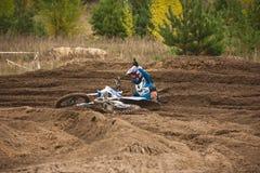 2016年9月24日- Volgsk,俄罗斯, MX moto发怒赛跑-摩托车车手跌倒了 库存照片