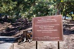 """2018 6月9日Mt威尔逊/加州/美国- \""""欢迎到历史的威尔逊山天文台\""""路标在入口对复合体;S 免版税库存图片"""
