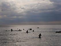 2016年12月31日otres使西哈努克柬埔寨,沐浴在海社论的人们靠岸 免版税库存图片