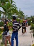2016年12月31日otres在接近海滩edito的一条小道路使西哈努克柬埔寨,面对的年轻亚洲夫妇靠岸 库存照片