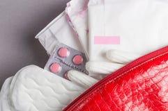 月经棉塞和垫在化妆袋子 月经时间 卫生学和保护 免版税库存图片