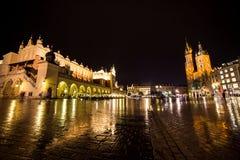11 7月2017波兰,克拉科夫 集市广场在晚上 主要 库存图片