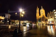 11 7月2017波兰,克拉科夫 集市广场在晚上 主要 免版税库存照片