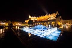 11 7月2017波兰,克拉科夫 集市广场在晚上 主要 免版税库存图片