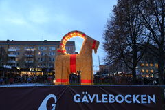 2015年11月29的Gävlebocken (Gävle山羊) inaguration日在耶夫勒瑞典 免版税库存图片