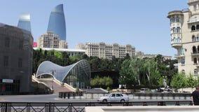 5月9,2017 -阿塞拜疆,巴库:在阿塞拜疆` s首都巴库的著名`火焰塔` 高和美丽的蓝色摩天大楼 股票录像