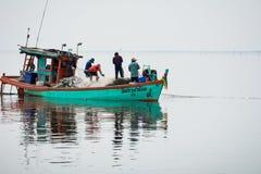 11月5,2016 :在渔夫小船上,抓许多鱼在Bangpakong河嘴Chachengsao省的在泰国东部 库存照片