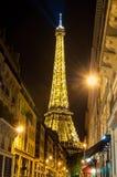 巴黎- 7月31 :点燃艾菲尔铁塔2011年7月31日在Pari 免版税库存图片