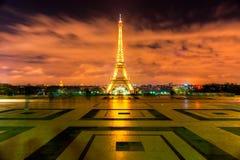 巴黎- 12月05 :点燃12月05日的艾菲尔铁塔, 2 免版税库存照片