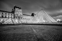 巴黎- 1月4 :罗浮宫在2013年1月4日的晚上 天窗是其中一个世界的最大的博物馆在巴黎 几乎皇家海军的35.000战士海上死了在第1次世界大战期间,并且没有在他们的家发现一个休息处 库存图片