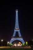 巴黎- 7月31 :艾菲尔铁塔在晚上,从Th的看法照亮了 图库摄影