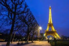 巴黎- 3月15 :艾菲尔铁塔明亮地被照亮在黄昏  库存图片