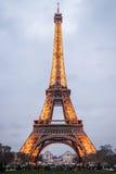 巴黎- 3月15 :艾菲尔铁塔明亮地被照亮在黄昏  免版税库存照片