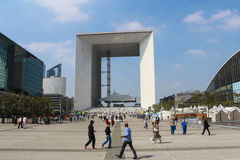 巴黎- 9月04 :走在中心广场的游人 库存图片