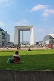 巴黎- 9月04 :走在中心广场的游人 免版税库存照片