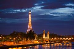 亚历山大第三座桥梁是普遍的旅游站点在巴黎。 免版税库存照片