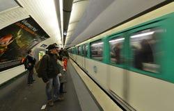 巴黎- 10月22 :巴黎2012年10月22日的地铁车站在巴黎 库存图片