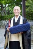 2012年6月- Arashiyama,日本:看照相机和微笑的Tenryuji寺庙寺庙的一名修士 免版税图库摄影