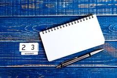 11月23th日 11月23th日日历的图象在蓝色背景的 感恩日 库存照片