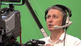 有一专业摄像头的操作员在电视演播室 股票录像