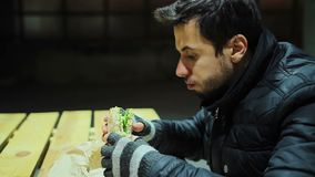 有一丝不苟的工厂劳工断裂 与鱼的食人的鲜美三明治 股票录像