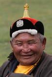 有一个传统帽子的微笑的蒙古人 图库摄影