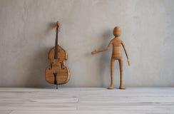 有一个低音提琴的音乐家在一间现代演播室屋子 免版税库存照片